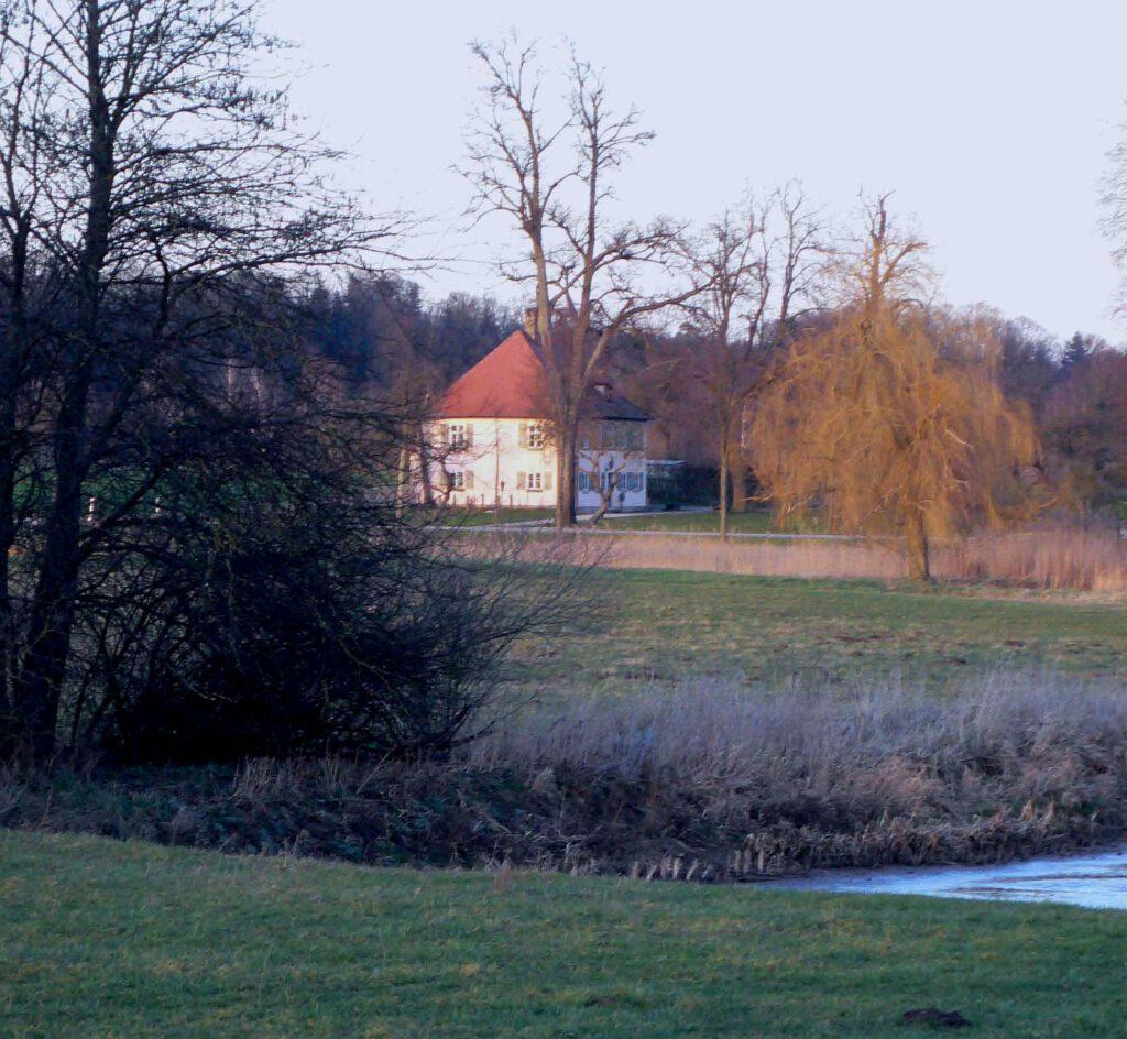Die Menagerie zu Triesdorf vom Storchenweiher aus gesehen. Foto: Die Ansbachische Markgrafenstraße.