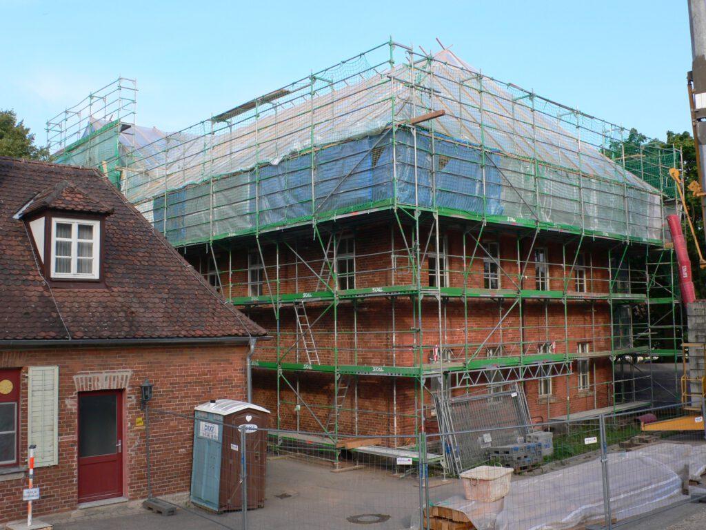 Das Rote Schloss zu Triesdorf (Rückseite) während der Fassadenrenovierung und Dachsanierung 2015.