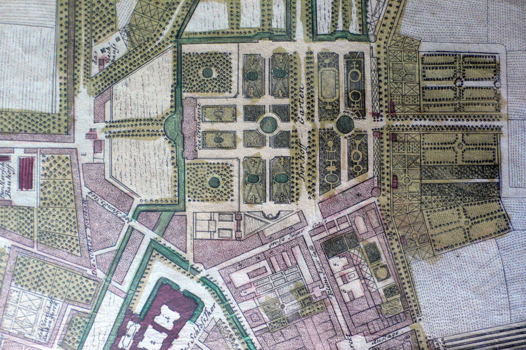 Der Stadtplan von 1740 zeigt nicht Ansbach wie es ist, sondern wie es nach den Vorstellungen von Carl Friedrich von Zocha hätte sein sollen. Statt die Orangerie als neues Schloss zu inszenieren, betonte Leopoldo Rettÿ durch die Entwicklung der Jägergasse (heute Bischof-Meiser-Straße) das Schloss Ansbach als Residenz.