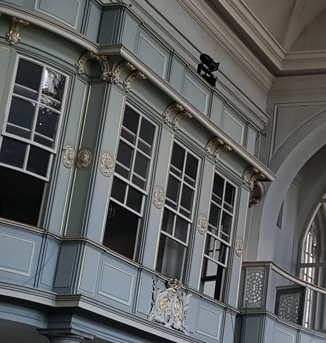 bachwoche 2021 vor dem Konzert - Bildrechte Hotel Platengarten Ansbach Als Patronatsloge – regional abweichend auch Patronatsstuhl, Fürstenstuhl oder Grafenstuhl – bezeichnet man eine meist mit Fenstern abgeschlossene Loge in Kirchen, die dem adligen Grundherrn für seine Besuche in dem Gotteshaus diente